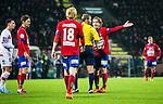 S&ouml;dert&auml;lje 2014-11-09 Fotboll Kval till Superettan Assyriska FF - &Ouml;rgryte IS :  <br /> &Ouml;rgrytes Jakob Lindstr&ouml;m diskuterar med domare Jim Petersson i samband med en utvisningssituation och br&aring;k med Assyriskas Sotiris Papagiannopoulus i slutet av matchen mellan Assyriska FF och &Ouml;rgryte IS <br /> (Foto: Kenta J&ouml;nsson) Nyckelord:  S&ouml;dert&auml;lje Fotbollsarena Kval Superettan Assyriska AFF &Ouml;rgryte &Ouml;IS utvisning r&ouml;tt kort