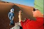 Randonnée chamelière dans les dunes de l'erg Chebbi au sud de Rissani. Jean Lou en selle,  Grand sud marocain. Maroc
