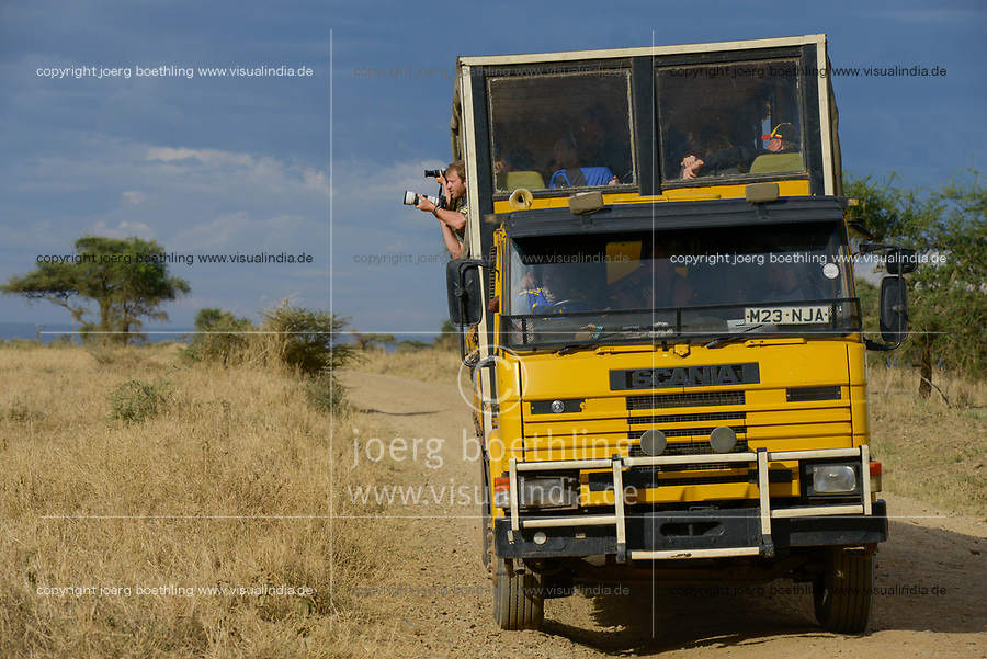 Tanzania, Serengeti Nationalpark, safari tourist in special bus truck