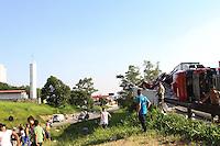 GUARULHOS, SP, 26-01-2014 - TOMBAMENTO DE CARRETA- GUARULHOS/SP - Uma carreta com carga de arroz tombou no acesso da Rodovia Presidente Dura, que liga a Rodovia Fernão Dias na tarde deste domingo, (26). Não houve ferido. Parte da carga foi saqueada por pessoas que passavam no local.  (Foto: Geovani Velasquez / Brazil Photo Press)