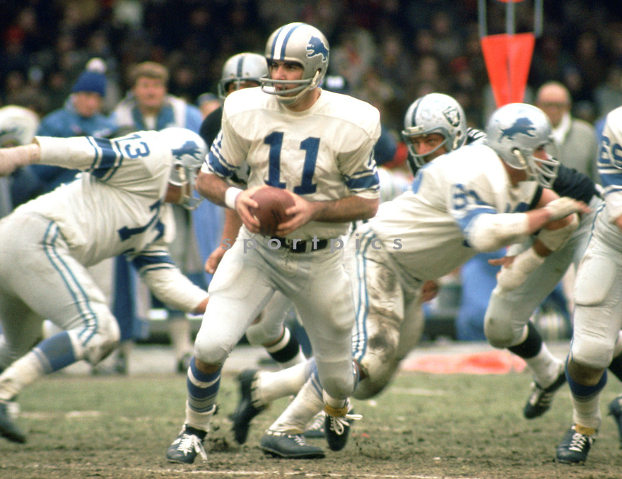Detroit Lions Greg Landry (11) during a game from his 1970 season with the Detroit Lions. Greg Landry played for 15 years with 3 different teams and was a 1-time Pro Bowler.(SportPics)