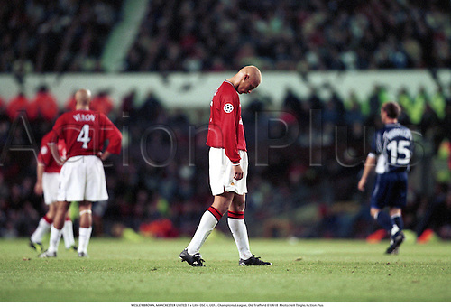 WESLEY BROWN, MANCHESTER UNITED 1 v Lille OSC 0, UEFA Champions League, Old Trafford 010918  Photo:Neil Tingle/Action Plus...2001.Soccer.Premier League.Disappointment disappointments disappointed.misery.sad sadness.Wes.losing loss loser lose losers.defeat defeated defeats.football.association.english premiership club clubs