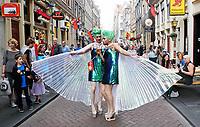 Nederland Amsterdam  2017.   Hartjesdag op de Zeedijk in Amsterdam. Mannen zijn verkleed als vrouwen en omgekeerd. Foto Berlinda van Dam / Hollandse Hoogte