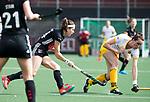 AMSTELVEEN - Hockey - Hoofdklasse competitie dames. AMSTERDAM-DEN BOSCH (3-1) Eva de Goede (A'dam)  met Marlies Verbruggen (Den Bosch)     COPYRIGHT KOEN SUYK