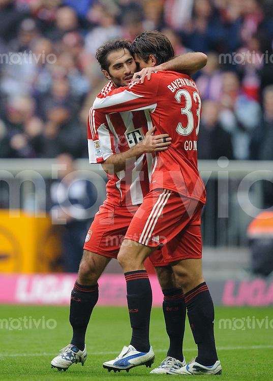 Fussball Bundesliga Saison 2010/2011 FC Bayern Muenchen - Hannover 96 V.l.: Jubel zum 1:0, Hamit ALTINTOP (FC Bayern) mit Torschuetze Mario GOMEZ (FC Bayern).