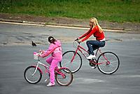 Família em bicicletas. São Paulo. 2009. Foto de Juca Martins.