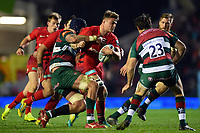 Ben Earl of Saracens takes on the Leicester Tigers defence. Gallagher Premiership match, between Leicester Tigers and Saracens on November 25, 2018 at Welford Road in Leicester, England. Photo by: Patrick Khachfe / JMP