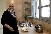 AIN DRAHAM, TUNISIA - 22 SETTEMBRE: Una donna tunisina prepara il tradizionale tè i nella sua casa