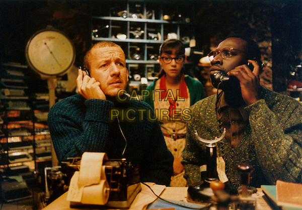 DANY BOON, MARIE-JULIE BAUP & OMAR SY.in Micmacs (Micmacs a tire-larigot).*Filmstill - Editorial Use Only*.CAP/FB.Supplied by Capital Pictures.
