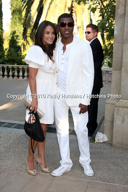 LOS ANGELES - JUL 24:  Kenneth 'Babyface' Edmonds & Nicole Edmonds arrives at  the 12th Annual HollyRod Foundation DesignCare Event at Ron Burkle's Green Acres Estate on July24, 2010 in Beverly Hills, CA ....
