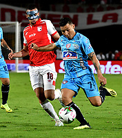 BOGOTÁ-COLOMBIA, 20-10-2019: Daniel Giraldo de Independiente Santa Fe y Luis Arias de Unión Magdalena disputan el balón, durante partido de la fecha 18 entre Independiente Santa Fe y Unión Magdalena, por la Liga Águila II 2019, jugado en el estadio Nemesio Camacho El Campín de la ciudad de Bogotá. / Daniel Giraldo of Independiente Santa Fe and Luis Arias of Union Magdalena fight for the ball, during a match of the 18th date between Independiente Santa Fe and Union Magdalena, for the Aguila Leguaje II 2019 played at the Nemesio Camacho El Campin Stadium in Bogota city, Photo: VizzorImage / Luis Ramírez / Staff.