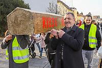 Demonstration der Anwohner und Sympathisanten vom Bahnhof Kelsterbach zum Rathaus für den Erhalt des Kiosk von Mehmet Karaüzüm (vorne)  - 21.02.2019: Demonstration für den Erhalt des Kiosk an der Niederhölle in Kelsterbach
