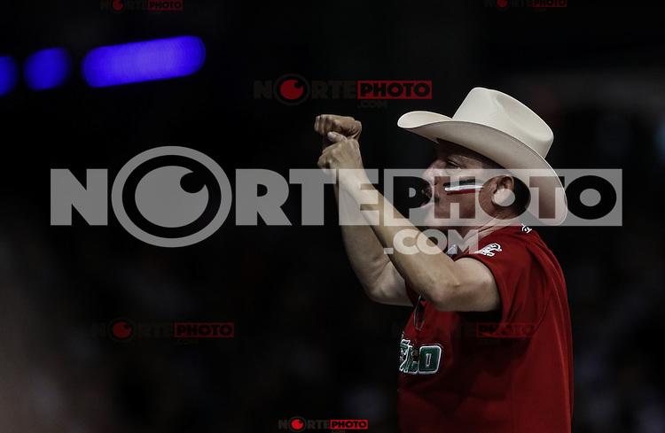Aficionado que viste de sombrero vaquero y jersey de Mexico  anima a la afición, durante el segundo partido semifinal de la Serie del Caribe en el nuevo Estadio de  los Tomateros en Culiacan, Mexico, Lunes 6 Feb 2017. Foto: AP/Luis Gutierrez