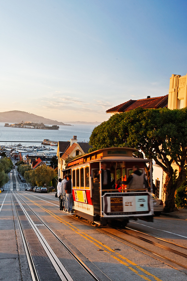 Cable car carrying passengers on steep hill, Hyde Street, San Francisco, California, USA, North America
