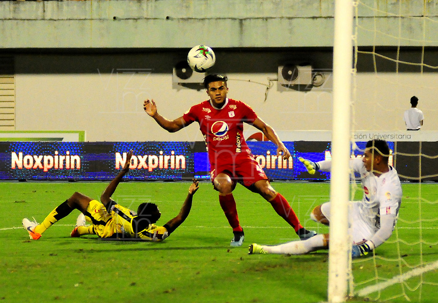 BARRANCABERMEJA- COLOMBIA, 23-11-2019: Jeison Palacios de Alianza Petrolera y Neto Volpi, Juan Pablo Segovia de América de Cali, disputan el balón, durante partido entre Alianza Petrolera y América de Cali de la fecha 5 de los cuadrangulares semifinales por la Liga Águila II 2019  en el estadio Daniel Villa Zapata en la ciudad de Barrancabermeja. / Jeison Palacios of Alianza Petrolera and Neto Volpi, Juan Pablo Segovia of America de Cali figths for the ball, during a match between Alianza Petrolera and America de Cali of the 5th date of the quarter semifinals for the Liga Águila II 2019 at the Daniel Villa Zapata stadium in Barrancabermeja city. Photo: VizzorImage  / José D Martínez / Cont.