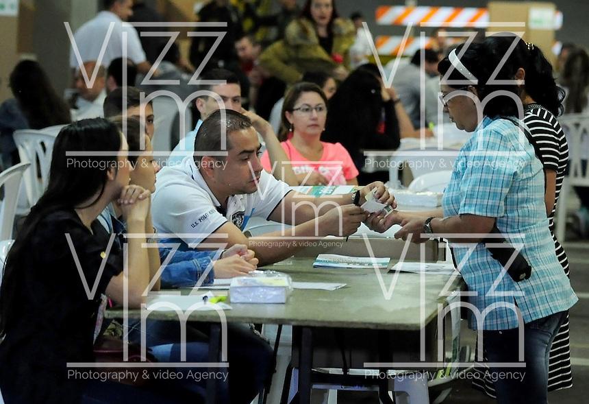 PEREIRA - COLOMBIA - 02 - 10 - 2016: Ciudadanos acuden a las urnas para votar durante el Plebisto, escribiendo un nuevo capitulo en la historia del pais. Hoy los colombianos acuden a las urnas para decir SI o NO al acuerdo de Paz firmado entre el Gobierno y las Fuerzas Armadas Revolucionarias de Colombia Ejercito del Pueblo (FARC-EP) / Citizens go to the polls to vote writing a new chapter in the history of the country. Today Colombians go to the polls to say YES or NO to the peace agreement signed between the government and the Revolutionary Armed Forces of Colombia People's Army (FARC-EP) Photo: VizzorImage / Inti / Cont.