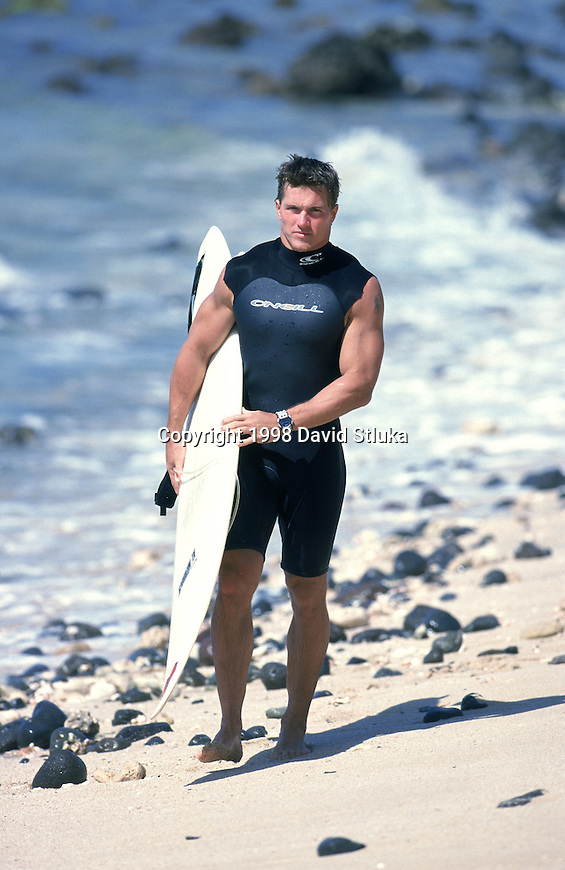 Green Bay Packers running back Travis Jervey (32) strolls on the beach with a surfboard on January 30, 1998 at Tracks Beach on the west shore near Kapolei, Hawaii. (Photo by David Stluka)