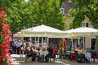 Deutschland, Rheinland-Pfalz, Deutsche Weinstrasse, Bad Duerkheim: Cafe auf dem Schlossplatz | Germany, Rhineland-Palatinate, German Wine Route, Bad Duerkheim: Café at Schlossplatz square