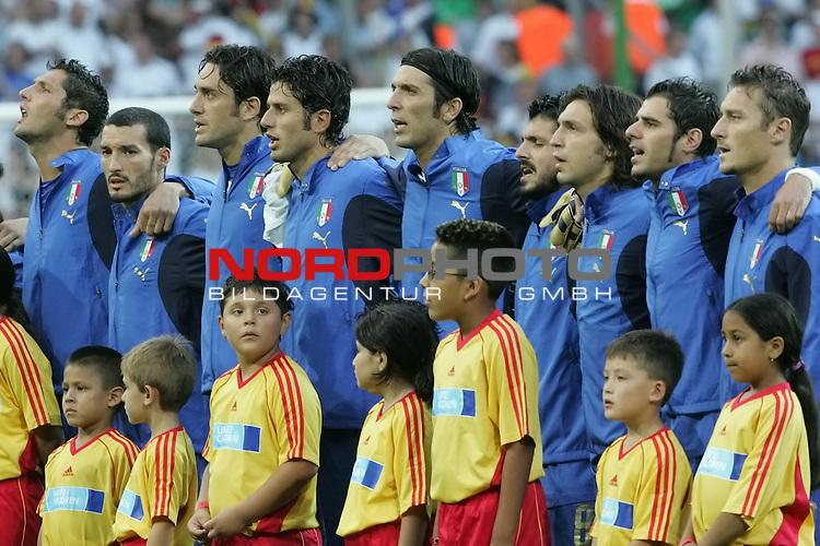FIFA WM 2006 -  Semi Finals / Halbfinale<br /> Play    #61 (04-Juli) - Deutschland - Italien 0:2 n.V.<br /> <br /> Die Spieler von Italien singen mit den Armen um den Schultern die Italienische Nationalhymne.<br /> <br /> Foto &copy; nordphoto