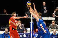 GRONINGEN - Volleybal, Abiant Lycurgus - Dynamo Apeldoorn, Alfa College , Eredivisie , seizoen 2017-2018, 26-11-2017 Dynamo speler Wessel Blom slaat de bal over het Lycurgus blok