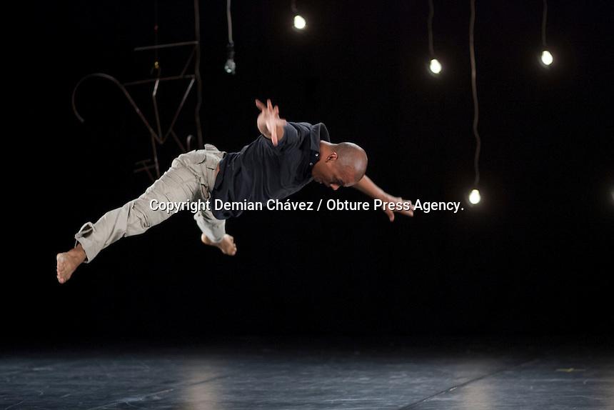 Quer&eacute;taro, Qro. 14 mayo 2014.-  Aspectos de la obra danc&iacute;stica Black Dog/Xoloescuincle, del core&oacute;grafo Juan Olvera para la compa&ntilde;&iacute;a Anima Mundi. Esta pieza se present&oacute; en el octavo encuentro de danza contempor&aacute;nea No E, Danza en Movimiento. en su temporada internacional.<br /> <br /> Esta pieza ofrece un reto t&eacute;cnico para los bailarines Jos&eacute; Juan L&oacute;pez, Juan Olvera y Humberto Serrano; quienes salen de sus estilos propios y se entregan a la fluidez que propone en principio el creador. En esta pieza se amalgama una critica social del descuido del ser humano como elemento de la naturaleza y propone un regreso a lo m&iacute;stico a trav&eacute;s del momento de la muerte debido a la cotidiana maquinaria que ofrece la ciudad y su vertiginosa vida, y del como la naturaleza, encarnada en un ser de luz (el Xoloescuincle) devuelve al cuerpo el alma humana.  <br /> <br /> Al final de la presentaci&oacute;n se abri&oacute; un intercambio de ideas con los espectadores.<br /> <br /> El octavo encuentro continuar&aacute; hasta el 21 de mayo.<br /> <br /> <br /> Foto: Demian Ch&aacute;vez / Obture Press Agency.