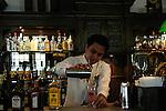 """Singapore. Il Rafles Hotel non è solo uno dei luoghi più costosi dove dormire, ma anche un patrimonio culturale della città. Nel suo Long Bar nel 1915 Ngiam Tong Boon creò il cocktail """"Singapore Sling"""""""