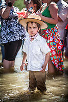 Many young children are initiated early in the tradition of pilgrimage to the RocÌo. The playful side of the celebration and good weather make it a fun and instructive at a time.