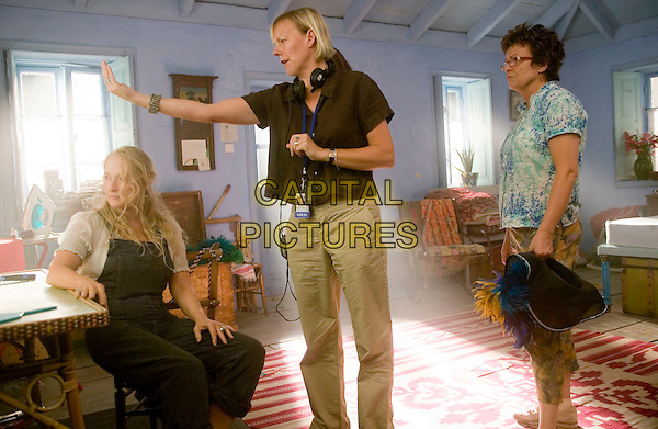 MERYL STREEP, PHYILLIDA LLOYD (DIRECTOR) & JULIE WALTERS.on the set of Mamma Mia!.(Mamma Mia! The Movie).Filmstill - Editorial Use Only*.CAP/FB.Supplied by Capital Pictures.