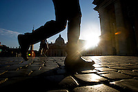Turisti in Piazza San Pietro. Turists visiting the Saint Peter