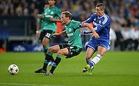 FUSSBALL   CHAMPIONS LEAGUE   SAISON 2013/2014   GRUPPENPHASE FC Schalke 04 - FC Chelsea        22.10.2013 Benedikt Hoewedes (li, FC Schalke 04) gegen Fernando Torres (re, FC Chelsea)