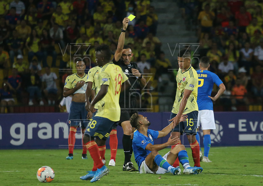 BUCARAMANGA – COLOMBIA, 03-02-2020: Angel Arteaga (VEN), arbitro, muestra la tarjeta amarilla a Jaime Alvarado de Colombia durante partido entre Colombia U-23 y Brasil U-23 por el cuadrangular final como parte del torneo CONMEBOL Preolímpico Colombia 2020 jugado en el estadio Alfonso Lopez en Bucaramanga, Colombia. / Angel Arteaga (VEN), referee, shows the yellow card to Jaime Alvarado of Colombia during the match between Colombia U-23 and Brazil U-23 for for the final quadrangular as part of CONMEBOL Pre-Olympic Tournament Colombia 2020 played at Alfonso Lopez stadium in Bucaramanga, Colombia. Photo: VizzorImage / Jaime Moreno / Cont