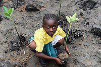 Kenya Mombasa , children plant mangrove during school excursion at the coastal belt for climate and coast protection and against sea erosion / KENIA Projekt Kuestenschutz in Kuestenregion bei Mombasa , Ort Majaoni , Kinder einer Schulklasse aus Majaoni bei Mangroven Anpflanzung, Maedchen Fatuma Salim, ist 9 Jahre alt und Schuelerin der 3. Klasse der Majaoni Primary School und dort ist sie im Umweltclub aktiv