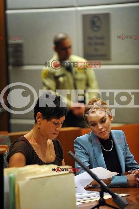 Lindsay Lohan llega en un traje de Givenchy azul y gris con Celine_bag por su informe final el progreso de libertad condicional en la corte de Los Angeles, California, el 29.03.2012. Los &Aacute;ngeles, juez del Tribunal Superior Stephanie_Sautner decidi&oacute; levantar la libertad condicional de Lohan de su infame caso de conducir ebrio steming a partir de 2007, por lo que ella ya no tienen que reunirse con un oficial de libertad condicional o de comparecer ante el tribunal en su caso, robo de 2011 - siempre y cuando ella se comporta y obedece a la ley por medio de mayo de 2014. Foto: Lindsay Lohan abraza a su abogado Shawn Holley <br /> <br /> Cr&eacute;dito:*NORTEPHOTO.COM/MediaPunch***  <br /> ***SOLO VENTA EN MEXICO***