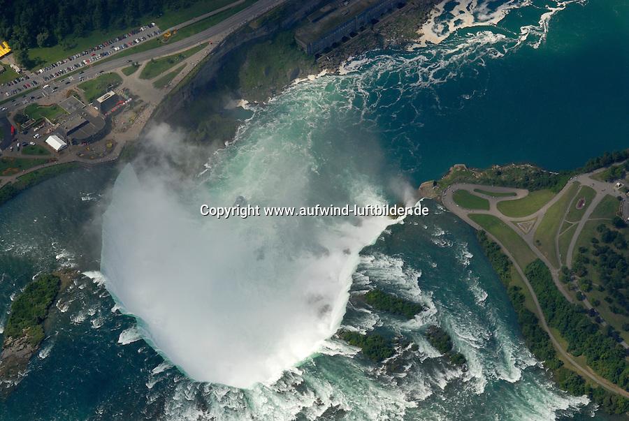 4415 / Niagara: AMERIKA, VEREINIGTE STAATEN VON AMERIKA, KANADA, NEW YORK, TORONTO (AMERICA, UNITED STATES OF AMERICA), 23.08.2006: Niagara Faelle kanadischer Teil. Die Niagarafaelle sind Wasserfaelle an der Grenze zwischen dem amerikanischen Bundesstaat New York und der kanadischen Provinz Toronto. Niagara Falls, wie die Faelle im Englischen heißen, ist auch der Name der beiden Staedte Niagara Falls, New York und Niagara Falls, Ontario, in deren Zentrum sich die Faelle befinden..Der den Eriesee mit dem Ontariosee verbindende Niagara River stuerzt 58 Meter in die Tiefe, wobei die Faelle durch die oben gelegene Insel Goat Island (Ziegeninsel) in zwei Teile gespalten werden. Die US-amerikanische Haelfte hat eine Kantenlaenge von 363 m, die kanadische eine von 792 m. Das Wasser des US-amerikanischen Teils faellt nach 21 m auf eine Schutthalde, die bei einem Felssturz 1954 entstand. Der kanadische Teil (Horseshoe, deutsch Hufeisen) hat eine freie Fallhöhe von 52 m. Der Wasserdurchfluss betraegt, je nach Jahreszeit, zwischen 2.832 und 5.720 m³/s, durchschnittlich 4.200 m³/s (ungefaehr das Doppelte des Rhein-Abflusses). Schiffe umfahren die Faelle durch den 12 km westlich liegenden, 43,4 km langen Welland Canal bei St. Catharines, die groessere Schwesterstadt von Niagara Falls. Grenze, Grenzfluss..