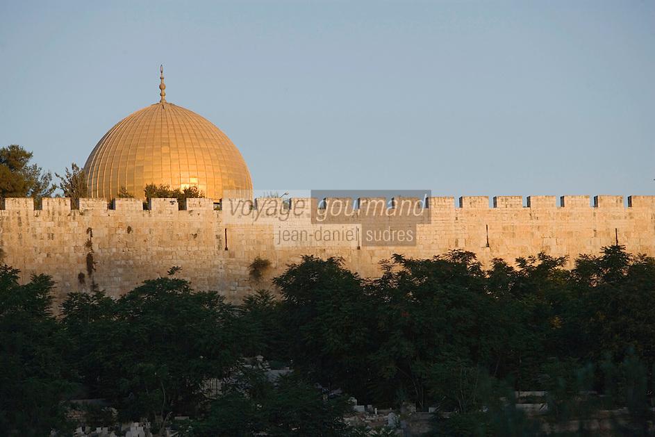 Asie/Israël/Judée/Jérusalem: les Murailles de la Vieille Ville dominées par le Haram el-Chérif et le Dome du Rocher