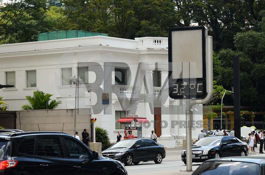 SÃO PAULO, SP, 02 DE FEVEREIRO DE 2012 - CLIMA TEMPO - Termômetros marcam 32 graus na tarde desta quinta-feira na capital, região da Avenida Paulista. FOTO: ALEXANDRE MOREIRA - NEWS FREE.