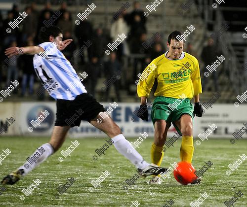 2008-11-22 / Voetbal / Verbr. Geel-Meerhout - Witgoor Dessel / Sam Belmans probeert Kan Van Loo (Witgoor) van de bal te zetten..Foto: Maarten Straetemans (SMB)
