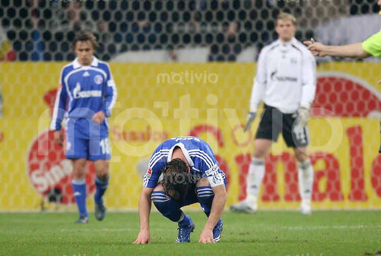 Fussball   1. Bundesliga   Saison 2006/2007   24. Spieltag FC Schalke 04 - Hamburger SV                 Enttaeuschte Schalke nach dem 0:2: RAFINHA, Marcelo BORDON und Manuel NEUER (v.l.)