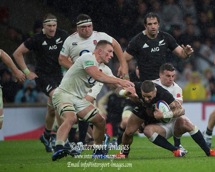 Twickenham, United Kingdom, Saturday, 10th  November 2018, RFU, Rugby, Stadium, England, left Sam UNDERHILLand Right, George FORD, hold up  Aaron SMITH, during the, Quilter, Autumn International, England vs New Zealand © Peter Spurrier