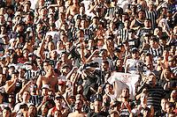 SÃO PAULO, SP, 20 DE MAIO DE 2012 - CAMPEONATO BRSILEIRO - CORINTHIANS x FLUMINENSE: Torcida durante partida Corinthians x Fluminense válida pela primeira rodada do Campeonato Brasileiro no Estádio do Pacaembú. FOTO: LEVI BIANCO - BRAZIL PHOTO PRESS