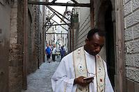 Macchia Valfortore, Campobasso: la processione passa tra i vicoli del paese puntellato a causa del terremoto del 2012