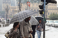 SAO PAULO, 12 DE JULHO DE 2012 - CLIMA TEMPO SP - Manha chuvosa e de baixas temperaturas na capital, regiao central, nesta quinta feira. FOTO: ALEXANDRE MOREIRA - BRAZIL PHOTO PRESS