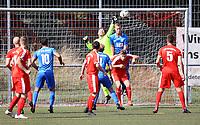 Felix Meyer (Büttelborn) klärt gegen Julian Huther (Münster) - Büttelborn 09.09.2018: SKV Büttelborn vs. SV Münster