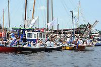 SKUTSJESILEN: GROU: Pikmar, De Tijnje, Wide Ie, 28-07-2012, SKS skûtsjesilen, Openingswedstrijd Grou, Toeschouwers in bootjes, ©foto Martin de Jong