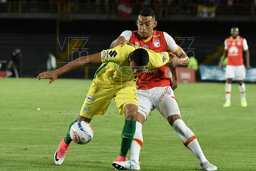 BOGOTÁ -COLOMBIA, 09-07-2017: Yeison Gordillo (Der.) jugador de Santa Fe disputa el balón con Daniel Bocanegra (Izq.) jugador del Nacional durante el encuentro entre Independiente Santa Fe y Atletico Nacional por la fecha 1 de la Liga Aguila II 2017 jugado en el estadio Nemesio Camacho El Campin de la ciudad de Bogota. / Yeison Gordillo (R) player of Santa Fe struggles for the ball with Daniel Bocanegra (L) player of Nacional during match between Independiente Santa Fe and Atletico Nacional for the date 1 of the Aguila League II 2017 played at the Nemesio Camacho El Campin Stadium in Bogota city. Photo: VizzorImage/ Gabriel Aponte / Staff