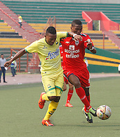 BUCARAMANGA - COLOMBIA - 13 - 03 - 2016: Jarol E. Martínez (Izq.) jugador de Atletico Bucaramanga disputa el balón con Juan C. Moreno (Der.) jugador de Fortaleza FC, durante partido entre Atletico Bucaramanga y Fortaleza FC, por la fecha 9 de la Liga Aguila I-2016, jugado en el Alfonso Lopez de la ciudad de Bucaramanga. / Jarol E. Martínez (L) player of Atletico Bucaramanga vies for the ball with Juan C. Moreno (R) player of Fortaleza FC,  during a match between Atletico Bucaramanga and Fortaleza FC, for the date 9 of the Liga Aguila I-2016 at the Alfonso Lopez Stadium in Bucaramanga city Photo: VizzorImage  / Duncan Bustamante / Cont.