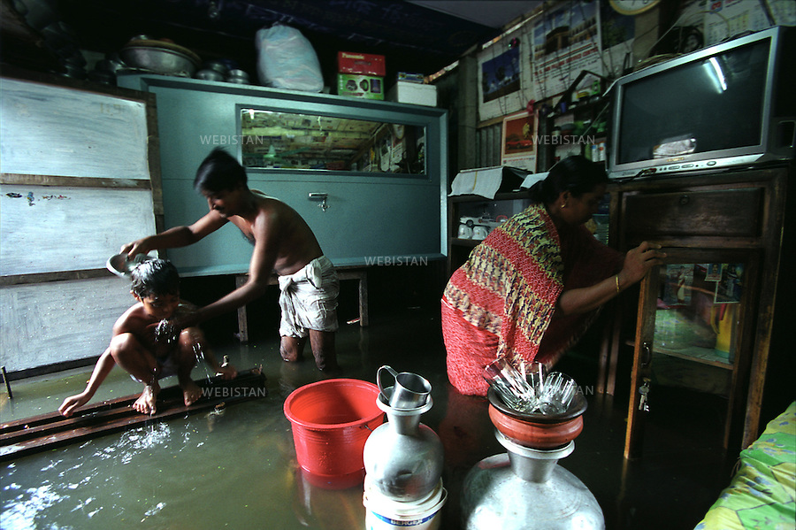 2004. A family in their flooded house in Narayanganj, a district about 20 Km from downtown in Dhaka. Une famille dans leur maison inondée à Narayanganj, un quartier à 20 Km du centre ville à Dacca.