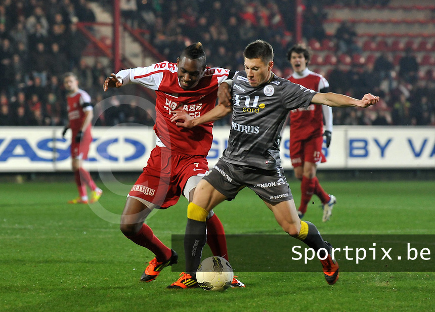 KV Kortrijk - SV Zulte - Waregem : duel tussen Steeven Joseph Monrose (links) en Jonathan Delaplace.foto VDB / BART VANDENBROUCKE