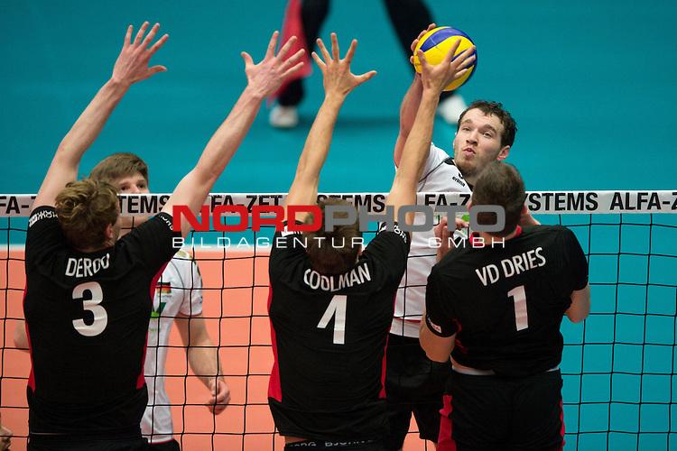 29.12.2013, Lotto Dome, Maaseik<br /> Volleyball, Belgien vs. Deutschland<br /> <br /> Block  / Dreierblock Sam Deroo (#3 BEL), Pieter Coolman (#4 BEL), Bram van den Dries (#1 BEL) - Angriff Denis Kaliberda (#6 GER)<br /> <br />   Foto &copy; nordphoto / Kurth