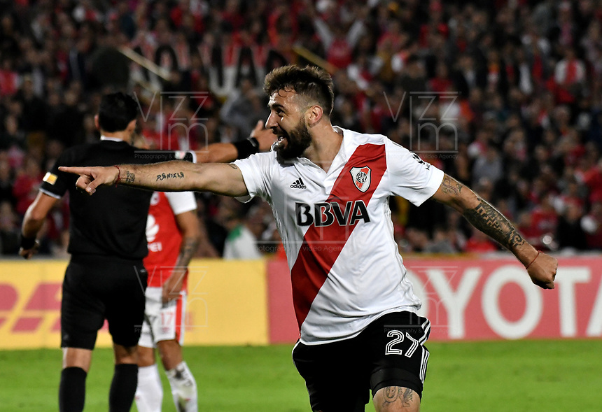 BOGOTÁ - COLOMBIA, 03-05-2018: Lucas Pratto, jugador de River Plate celebra el gol anotado a Independiente Santa Fe, durante partido entre Independiente Santa Fe (COL) y River Plate (ARG), de la fase de grupos, grupo D, fecha 5 de la Copa Conmebol Libertadores 2018, jugado en el estadio Nemesio Camacho El Campin de la ciudad de Bogota. / Lucas Pratto, player of River Plate, celebrates a scored goal to Independiente Santa Fe, during a match between Independiente Santa Fe (COL) and River Plate (ARG), of the group stage, group D, 5th date for the Conmebol Copa Libertadores 2018 at the Nemesio Camacho El Campin Stadium in Bogota city. Photo: VizzorImage  / Luis Ramírez / Staff.